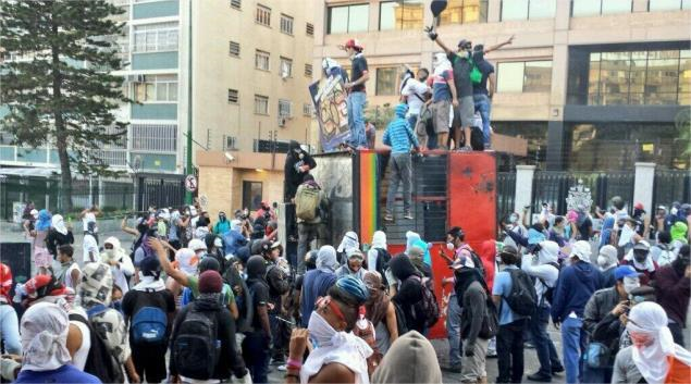 Violent opposition protesters destroy a ticket booth of the Caracas metrobus on Sunday (twitter)