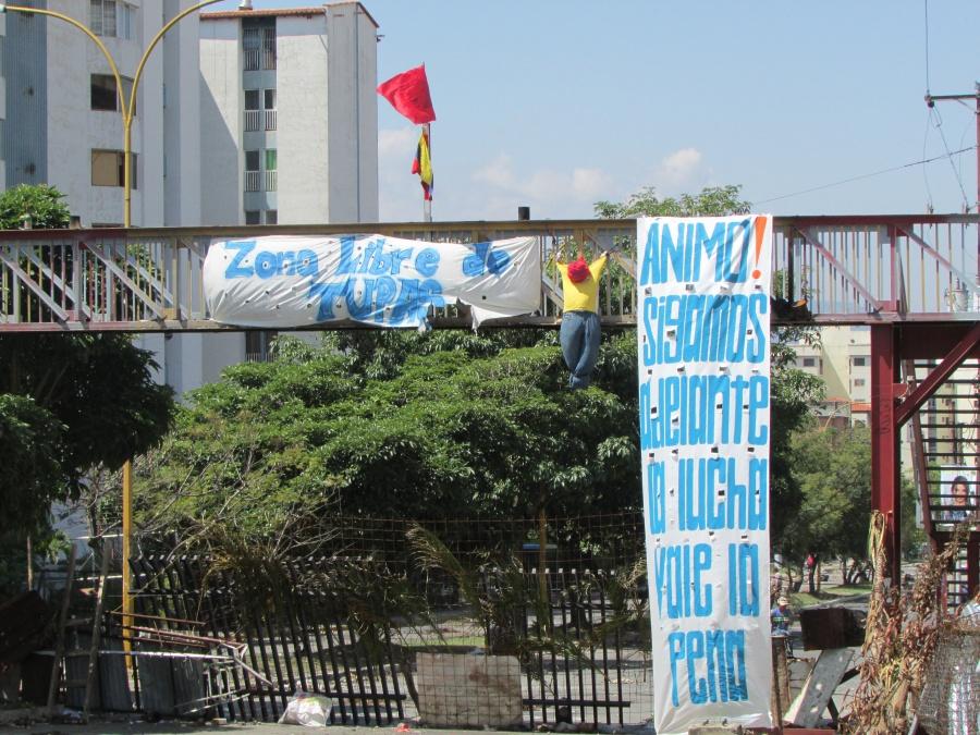 A barricade on Avenue Las Americas (Ewan Robertson/Venezuelanalysis)
