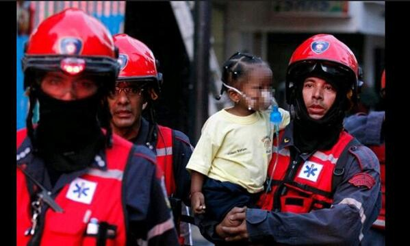 Fire fighters with an evacuated child. (Zurda Konducta)