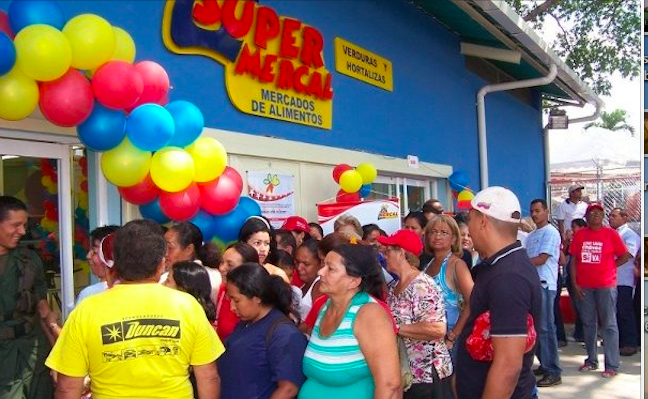 Venezuelans wait in line to buy food at Mercal. (Archive)
