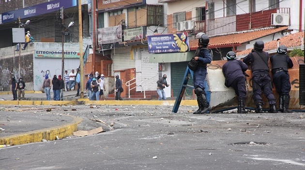 A confrontation on 1 March between barricade militants and pólice in Mérida (el meridenazo)