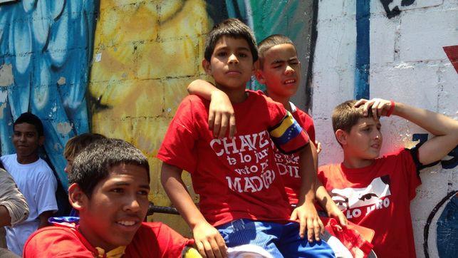 "Young boys in 23 de Enero neighborhood, Caracas. Their shirts read ""Chavez, I swear, my vote is for Maduro"" (Photo: Olga Rodríguez)"