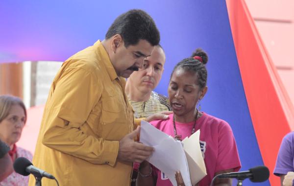 Camacho handing Maduro the Manifesto (AVN)