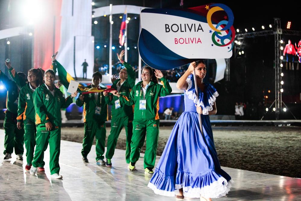 The Bolivian team greets the crowd (YOSET MONTES Y MIGUEL ANGULO PRENSA MIRAFLORES)