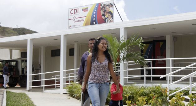 A family walks out of a newly renovated public health center, part of the Barrio Adentro network of government clinics (archive).