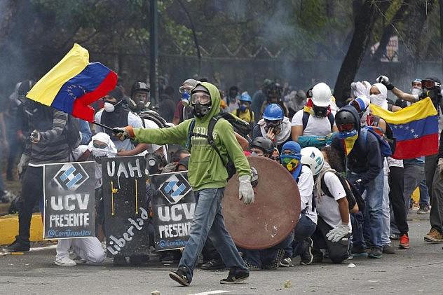 Anti-government group near the UCV. (©Albaciudad.org/Agencias)