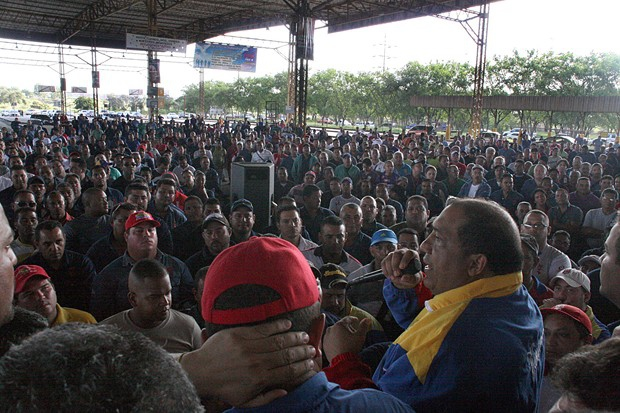 An assembly was called in Sidor on Thursday to reject the government's stance in the contractual dispute. Production line workers were addressed by Sutiss president Jose Luis Hernandez (Carlos Leon)