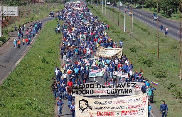 Workers from state owned steel plant Sidor marched through the city of Ciudad Guayana in the east of Venezuela on Monday in rejection of the Venezuelan government's stance in a long-running labour dispute. (Francisco Hernández)