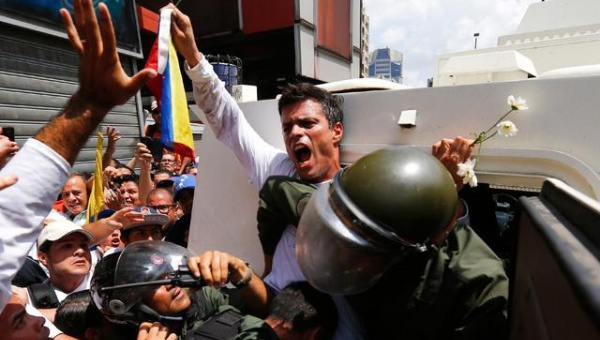 Leopoldo Lopez turned himself in to the police on February 19, 2014. (Photo: Reuters)
