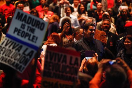 Maduro greets the crowd of supporters in Hostos Community College, NYC. (AVN)