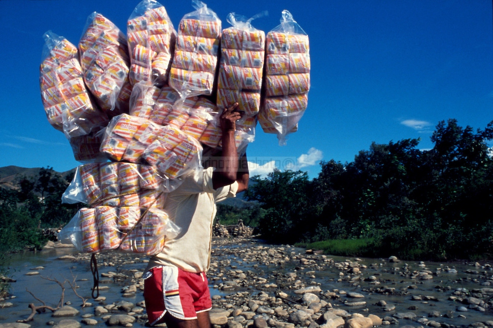 Smuggling toilet paper across the Simon Bolivar bridge, between Venezuela and Colombia. (Ramón Lepage / Orinoquiaphoto)