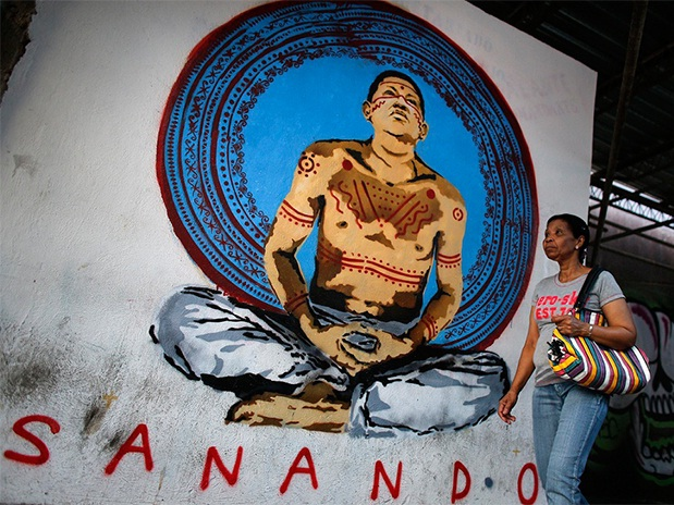 The figure of Chavez is surrounded by spiritual imagery in Venezuela (Terra.com.ve)