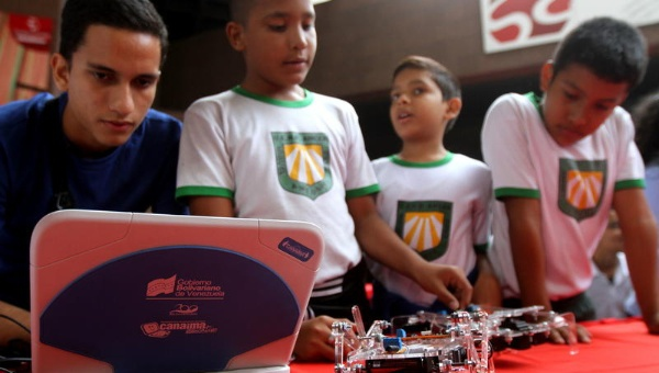 Venezuela's students using Canaima software to control their robot (Photo: AVN)