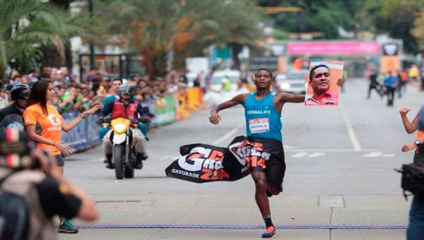 Mervin Blanco, who won the Gatorade Caracas Rock Marathon in the male category with Serra's photo in his hand, was awarded an honorary medal by president Maduro. (Photo: Correo del Orinoco)