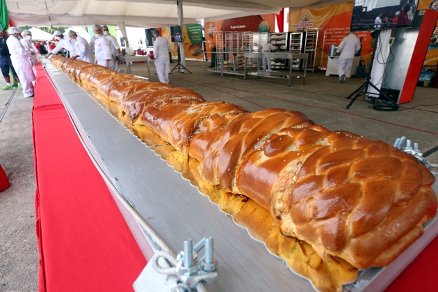 """A record-breaking """"ham bread"""" of 20 metres was also made (AVN)"""