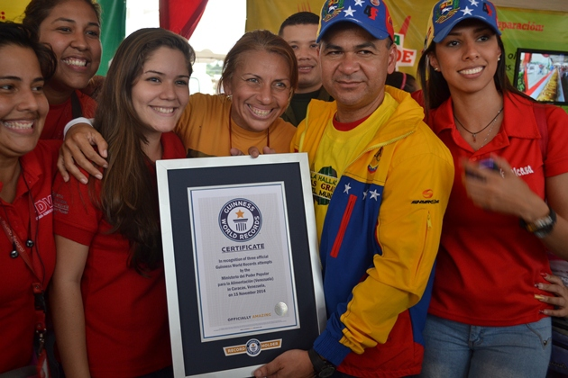 Food minister Yvan Bello displaying the Guiness record certificate with ministry workers (Noticias 24)