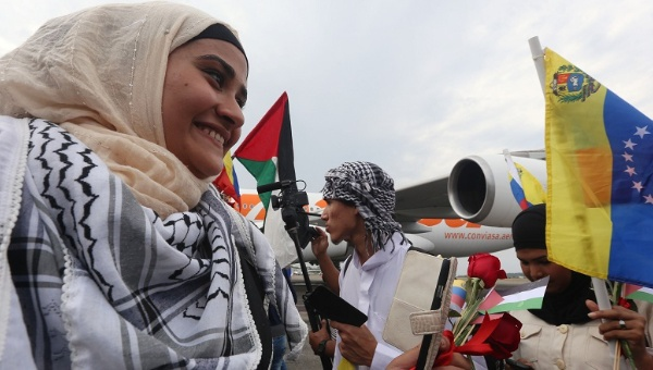 A Palestinian woman is greeted by a crowd upon her arrival in Venezuela on November 6, 2014. (Photo: AVN)