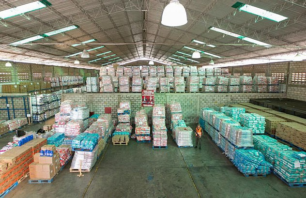 A warehouse full of basic goods was seized in the Industrial Zone of the municipality of San Francisco in the state of Zulia belonging to the company Herrera C.A.  In the warehouse there was more than 1.5 million diapers; 360,000 kilos of detergent, 277 thousand units of soap, and over 14,000 units of baby formula in addition to corn flour, black beans, rice, shampoo and other basic items. (PHOTO: Vice-presidential Press)