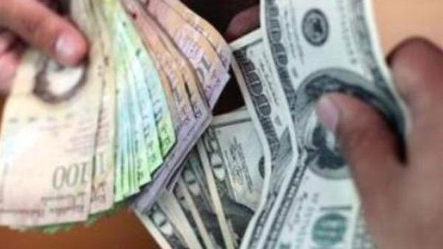 On the informal market, dollars can be bought for roughly 170 Bolívares, almost 30 times the official (SICAD I) exchange rate (PHOTO: Ultimas Noticias)