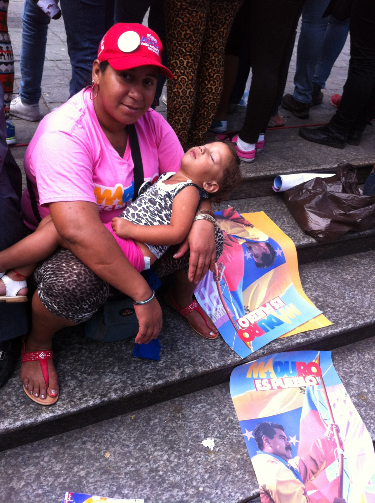 A child passes out on her mother, after breastfeeding at a rally to show support for Maduro. (PHOTO: Cory Fischer-Hoffman)