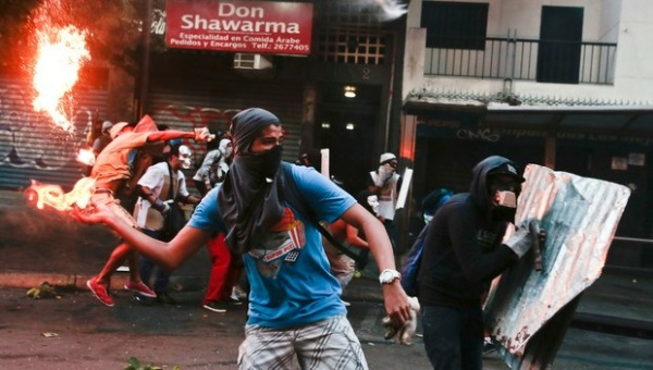 Venezuela's opposition took to social media to manipulate the international media into portraying right-wing protesters as victims of violence, rather than the perpetrators. (Photo: AVN)