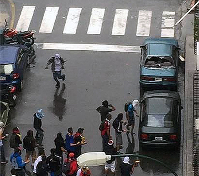 Gangs of guarimba protestors destroy cars in Chacao on Thursday. (Credito: Agencias / Aporrea.org)