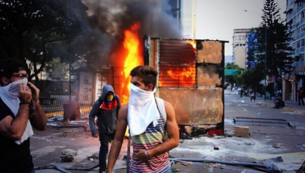 Opposition supporters destroy a metro stop during 2014's guarimbas. (Credit: Alba Ciudad/Telesur English).