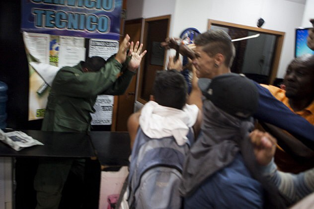 Opposition protesters brutally attack Bolivarian Air Force Seargent Luis Alejandro Linares Espinoza (Credit: Contrapunto).