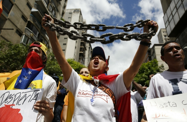 Opposition supporters protest against the Venezuelan government and in support of jailed opposition leaders Leopoldo Lopez and Antonio Ledezma in Caracas on February 28, 2015. (Reuters/Carlos Garcia Rawlins)