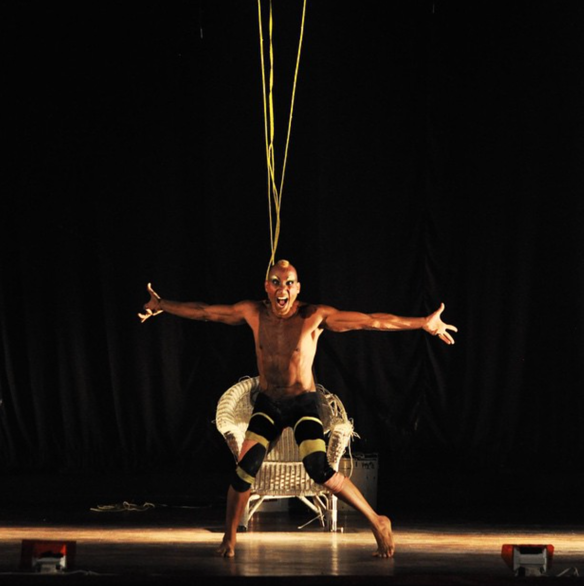 """The street art piece """"Olympia"""" by Brazilian company Andante de Brazil was performed at the Christ the King Theatre (LuisCantillo)"""