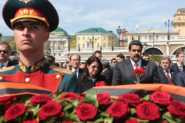 President Maduro and First Combatant Celia Flores carry roses to the grave of the unknown soldier in tribute to the millions who gave their lives in the war against Nazism (CorreodelOrinoco)