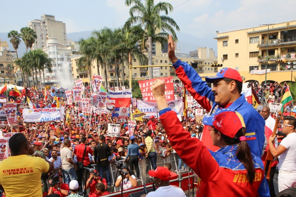 "President Maduro and ""First Combatant"" Cilia Flores pledge solidarity with workers at the 2015 May Day rally in Caracas. (Prensa Miraflores)"