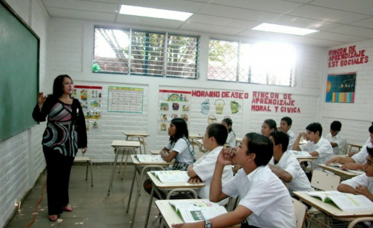 Venezuela's teachers will receive a 50% salary raise effective June 1 (VTV)