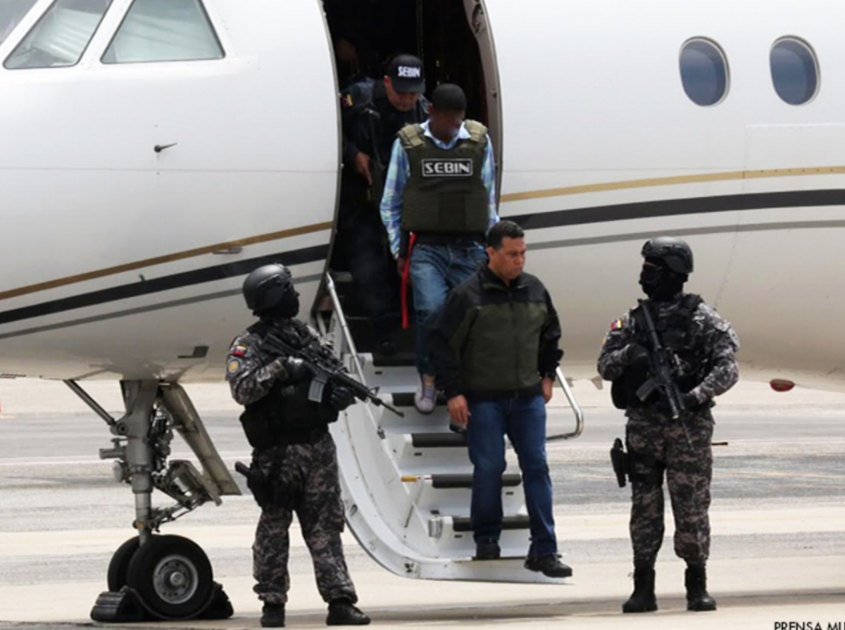 Leiver Padilla, accused of assassinating socialist legislator Robert Serra, arrives at Maiquetia airport under the watch of Venezuela's criminal investigation unit and the Minister of Justice, Peace and the Interior, Gustavo Gonzales Lopez. (Credit: La Iguana)