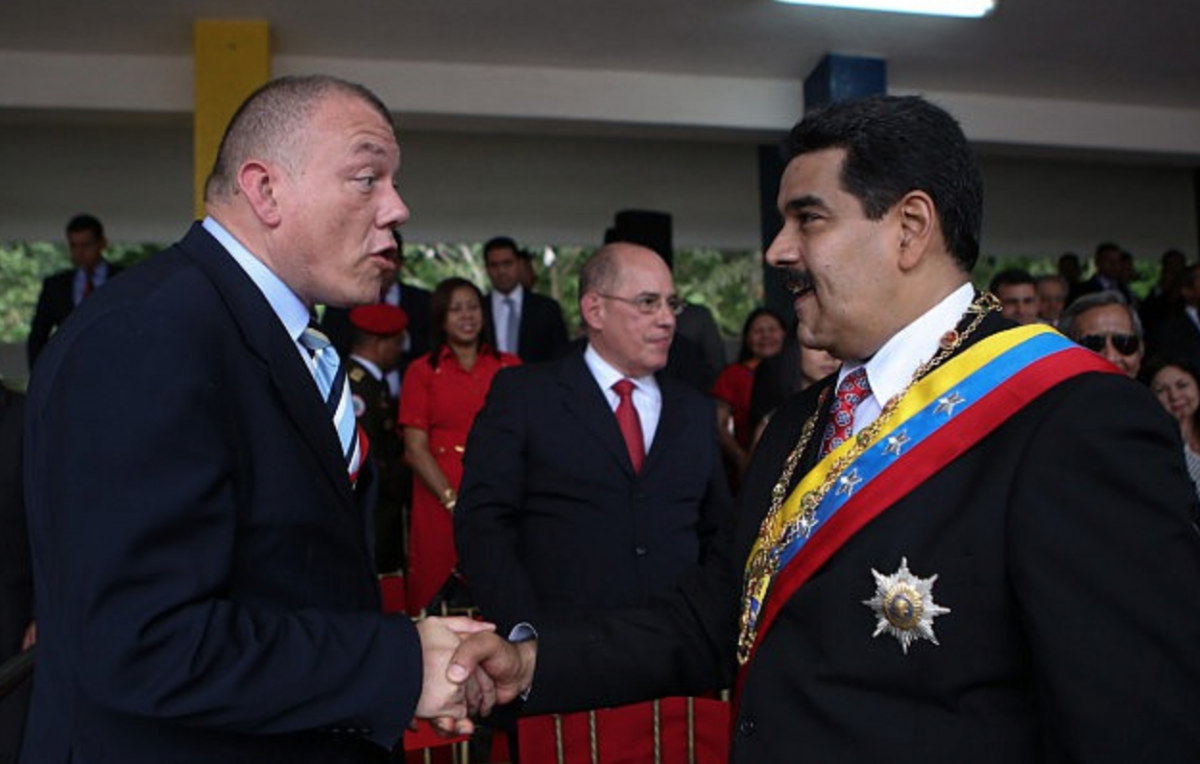 "Venezuelan President, Nicolas Maduro, with Greek Ambassador to Caracas, Nikolaos Kotrokois, following the historic victory of the ""no"" vote in the European country's referendum last Sunday (albaciudad)"