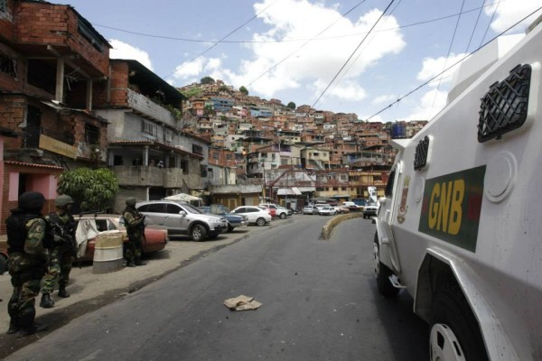 Security personnel conduct anti-gang raid in Caracas barrio. (AVN)