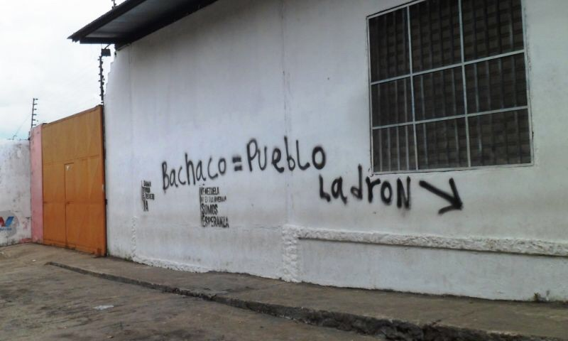 Graffiti on Venezuelan street likens bachacos or resellers, to thieves. (Mision Verdad)