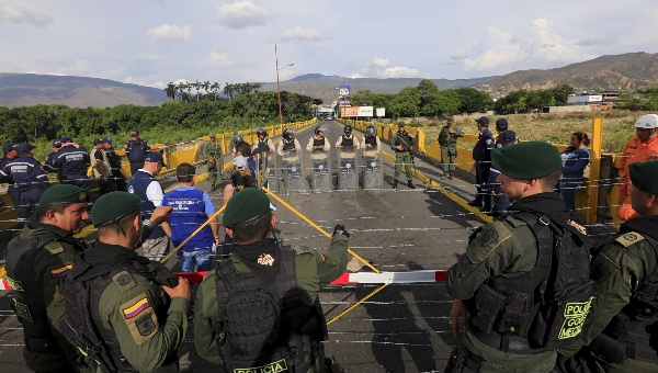 Colombian police stand guard in front of the border with Venezuelan Bolivarian Army soldiers near Villa del Rosario village, August 27, 2015. (Reuters)