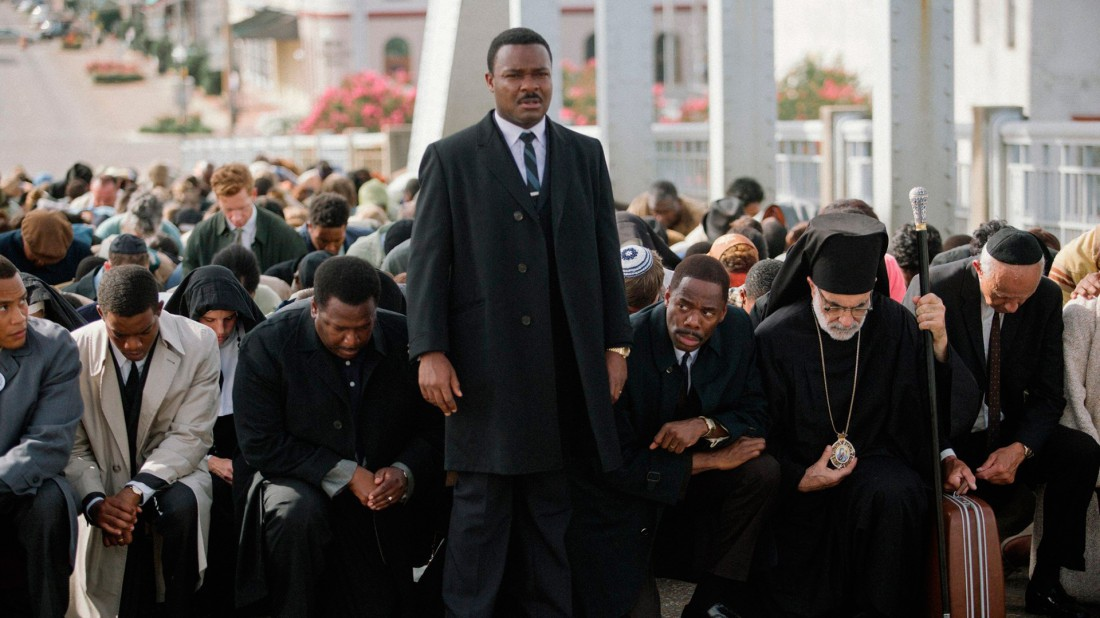 Dr. King leading a march over the Edmund Pettus bridge as depicted in the film Selma (El Estimulo)