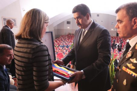 President Maduro presents fallen pilots' wives with posthumous Order of the Liberators Medal. (AVN)