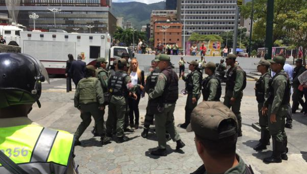 National Guard outside the Justice Palace. (teleSUR)