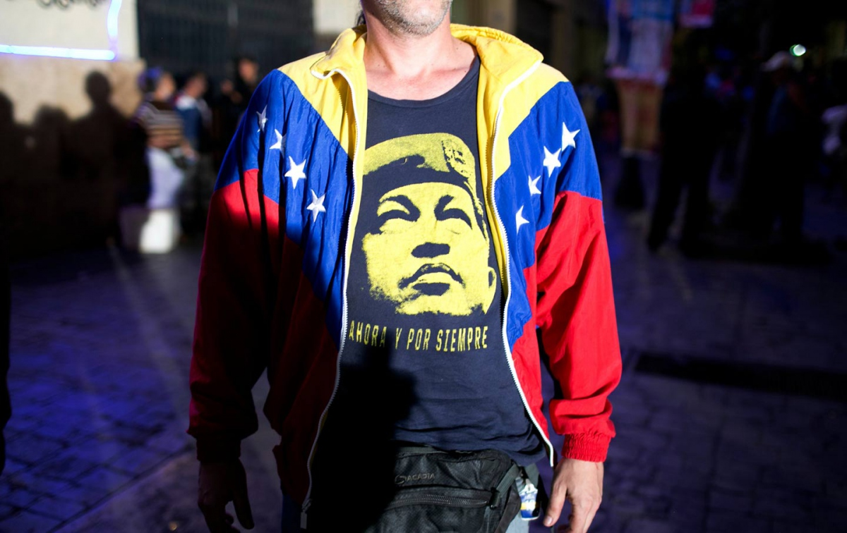 A pro-government supporter wears a T-Shirt with image of Venezuela's late President Hugo Chávez, as he waits for results during congressional elections in Caracas, December 6, 2015. (AP Photo / Alejandro Cegarra)