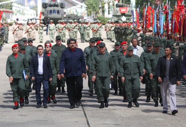 President Maduro (middle) with Vicepresident Arreaza (left of Maduro) and Minister of Defense Padrino Lopez (right to Maduro) during the presidential act with the FANB on Saturday (VTV)