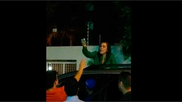 Maracaibo Mayor Eveling Trejo hands out cash to an unidentified group of people (Últimas Notiicas)