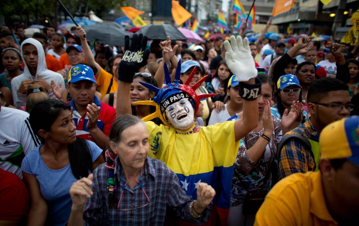 Supporters of the Mesa de la Unidad (MUD) political party cheer during a closing campaign rally in Caracas, December 2, 2015. (AP Photo / Ariana Cubillos)