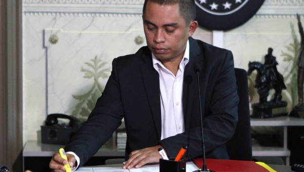 Venezuelan Vice-President for economy Luis Salas announces the emergency economic decree. (AVN)
