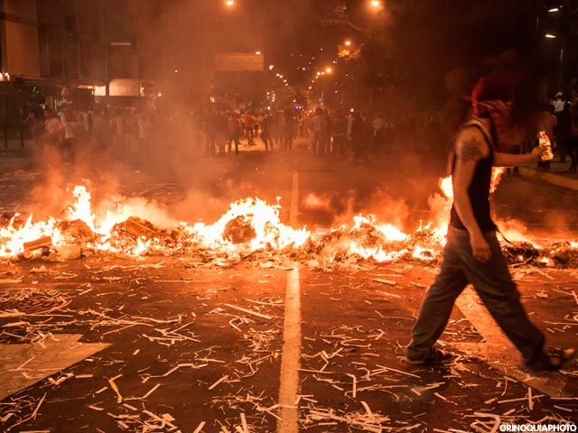 Right-wing protesters erect burning street barricades during 2014 guarimbas. (Orinoquia Photo)