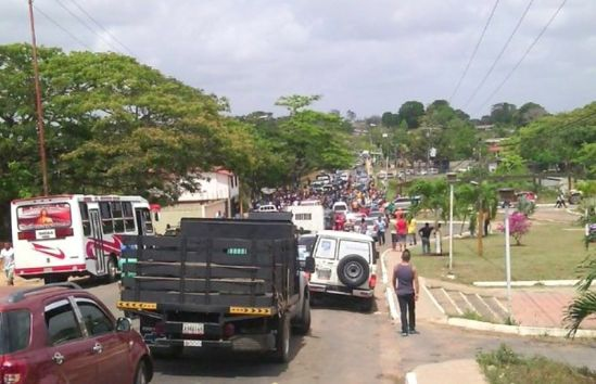 Tumeremo residents and family members of the disappeared miners blockade the principal road, demanding that the authorities recover the bodies. (Correo de Caroni)