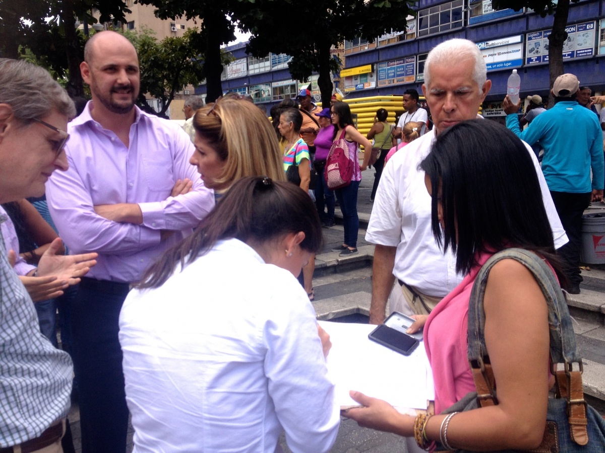 The signing process (Rachael Boothroyd Rojas/Venezuelanalysis)