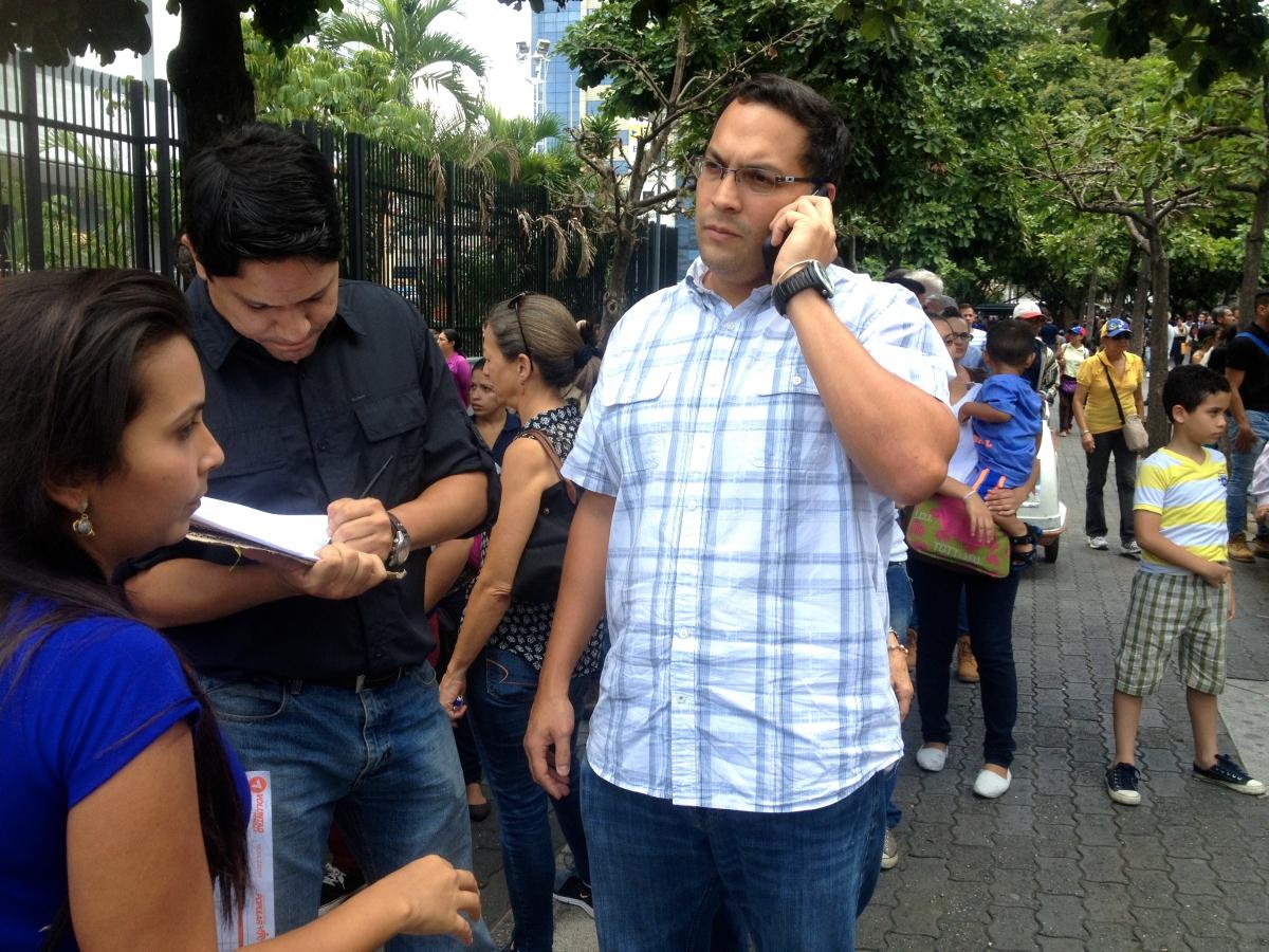 Opposition supporters queue to sign up (Rachael Boothroyd Rojas/Venezuelanalysis)